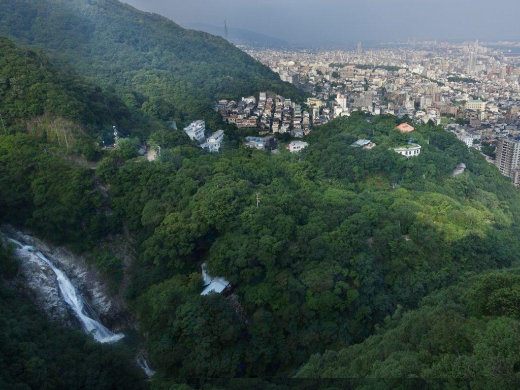 布引の滝と神戸の街